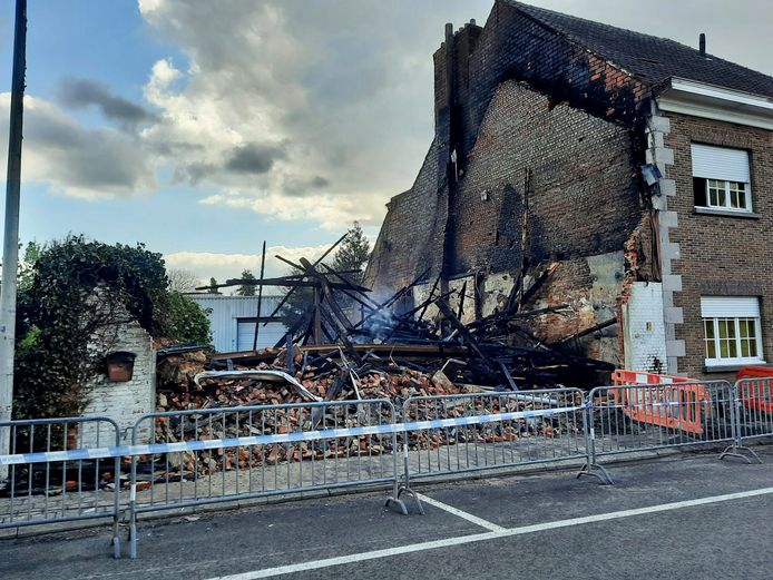 De dag na de brand is het pand in de Hendrik Schoofsstraat volledig vernield. De brandweer haalde het neer uit veiligheidsoverwegingen.