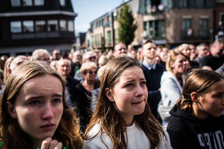Enkele honderden mensen volgden de begrafenis buiten.  Beeld Bas Bogaerts