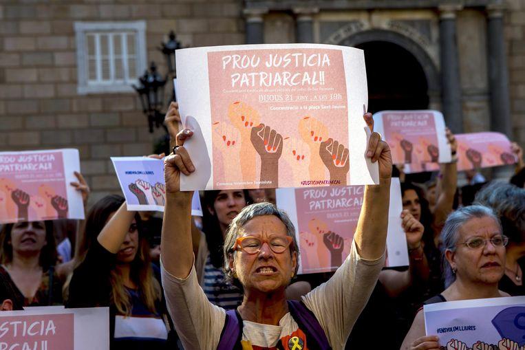 Eerder woonden honderden mensen een protest bij tegen de beslissing om de vijf mannen die beschuldigd werden van het verkrachten van een vrouw vrij te laten.  Beeld EPA
