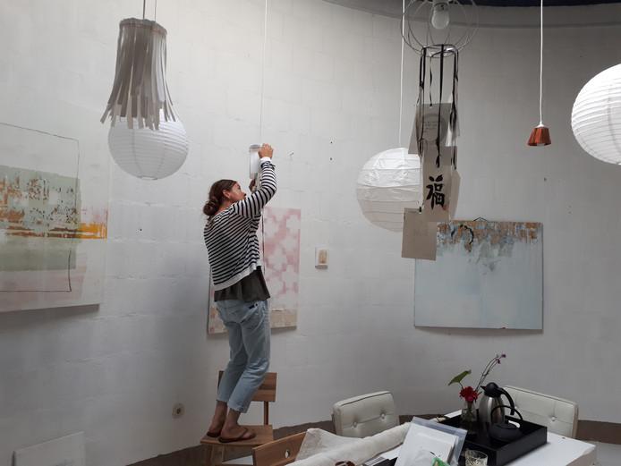 Anneke van Lee werkt nog aan de inrichting van haar nieuwe atelier in de doopkapel van de voormalige Pauluskerk.