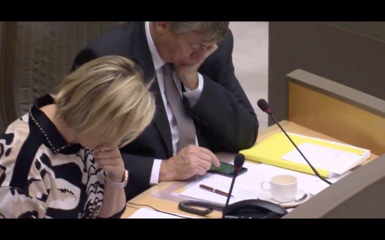 Jan Jambon 'druk bezig' met spelletje Angry Birds in Vlaams parlement