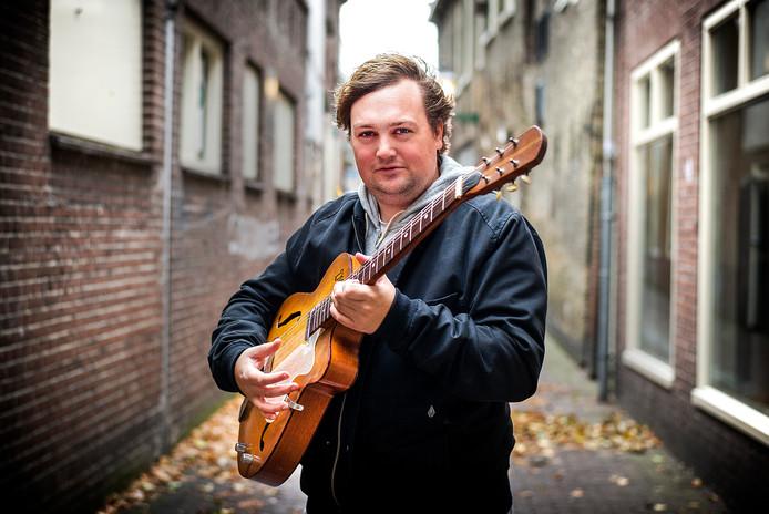 Tim Knol op straat in Hoorn in 2013, het jaar dat straatmuzikanten uit de Haagse binnenstad geweerd werden.
