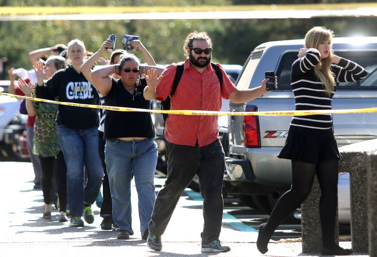 Studenten en medewerkers worden geëvacueerd van het Umpqua Community College in Roseburg, waar de schietpartij plaatsvond. Beeld AP