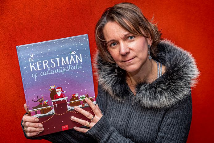Mieke Goethals met haar eerste kinderboek 'De Kerstman op cadeautjestocht'.
