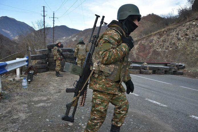 Archiefbeeld. Een Armeens soldaat bij een checkpoint in de regio Kalbajar, dat als uitkomst van de vredesonderhandelingen werd overgedragen aan Azerbeidjan. (25/11/2020)
