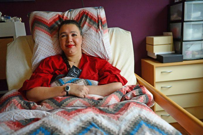 Chaldira Vis thuis in Oldenzaal. Door de daad van haar ex-man tien jaar geleden is ze aan bed gekluisterd.