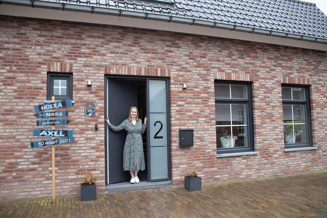 Marieke de Cocq voor het geheel gerenoveerde huis in de Roeselaerestraat in Sint Kruis; de plek waar zij als kind haar  jeugd doorbracht.
