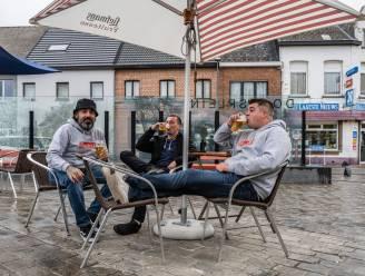"""Weer of geen weer, terras op Dorpsplein zit meteen vol: """"Pintje van 't vat smaakt zoveel beter!"""""""