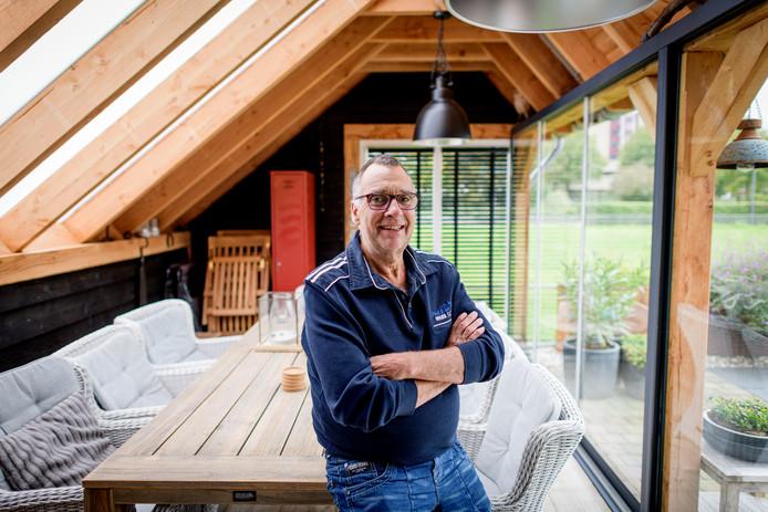 """Tonny van Dijk in het nieuwe deel van zijn woning: """"Ik vermaak me prima."""""""