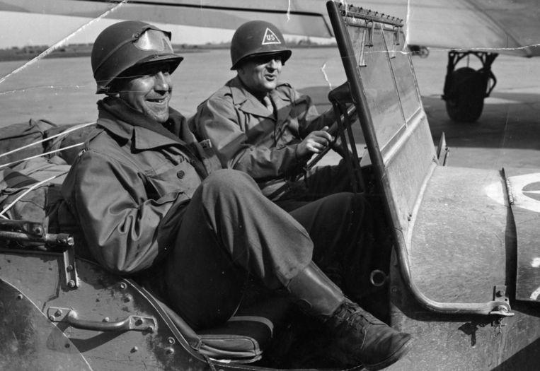 Lieutenant Toepel (links) en Samuel Goudsmit op jacht naar atoomgeheimen van Nazi-Duitsland.  Beeld AP