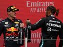 Lewis Hamilton en Max Verstappen op het podium in Le Castellet.