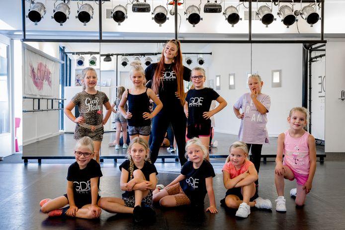 Gwendolyn met een aantal leerlingen. ,,Ik heb altijd al een zwak gehad voor die kleintjes.''