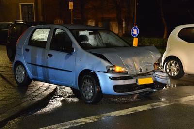 Twee auto's botsen op elkaar op kruispunt in Breda