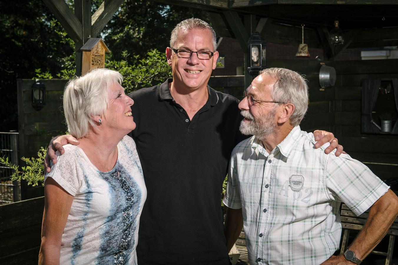 Ernst en Tonny Fickweiler met zoon Chris, na hun hereniging in 2015.