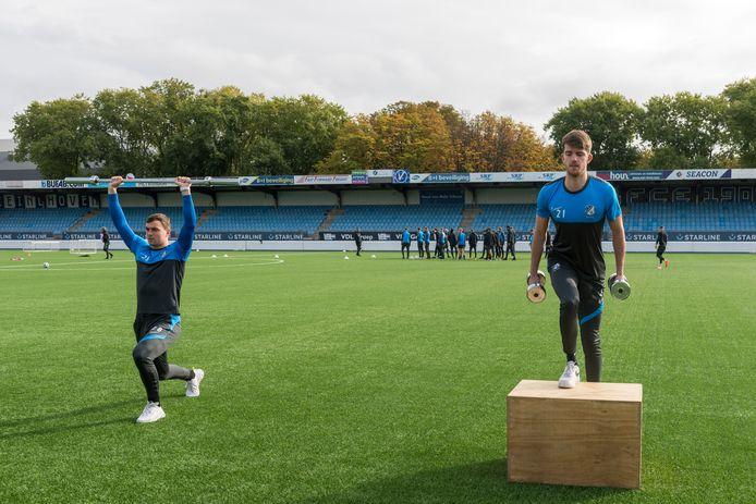 Jarno Janssen (l) en Cas Faber tijdens de revalidatietraining.