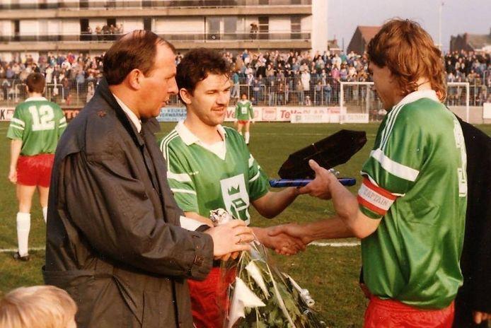 Een beeld van de huldiging van Paul Van Nuffelen voor aanvang van de wedstrijd tegen Anderlecht in 1988 waarbij Danny Caes (midden) zijn kapitein in de bloemetjes zet.