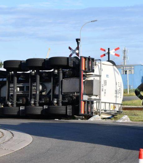 Vrachtwagen met vruchtensap gekanteld in haven Vlissingen-Oost