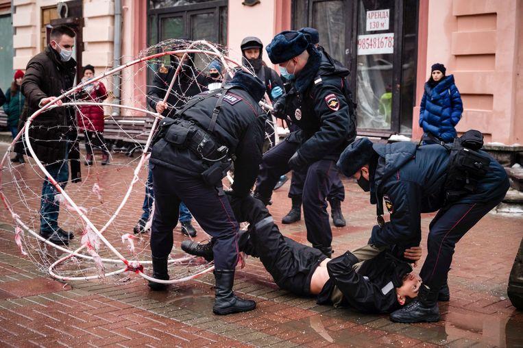 Russische politie houden activist Pavel Krysevich aan, nadat hij oppositieleider Aleksej Navalny openlijk steunde. Beeld AP
