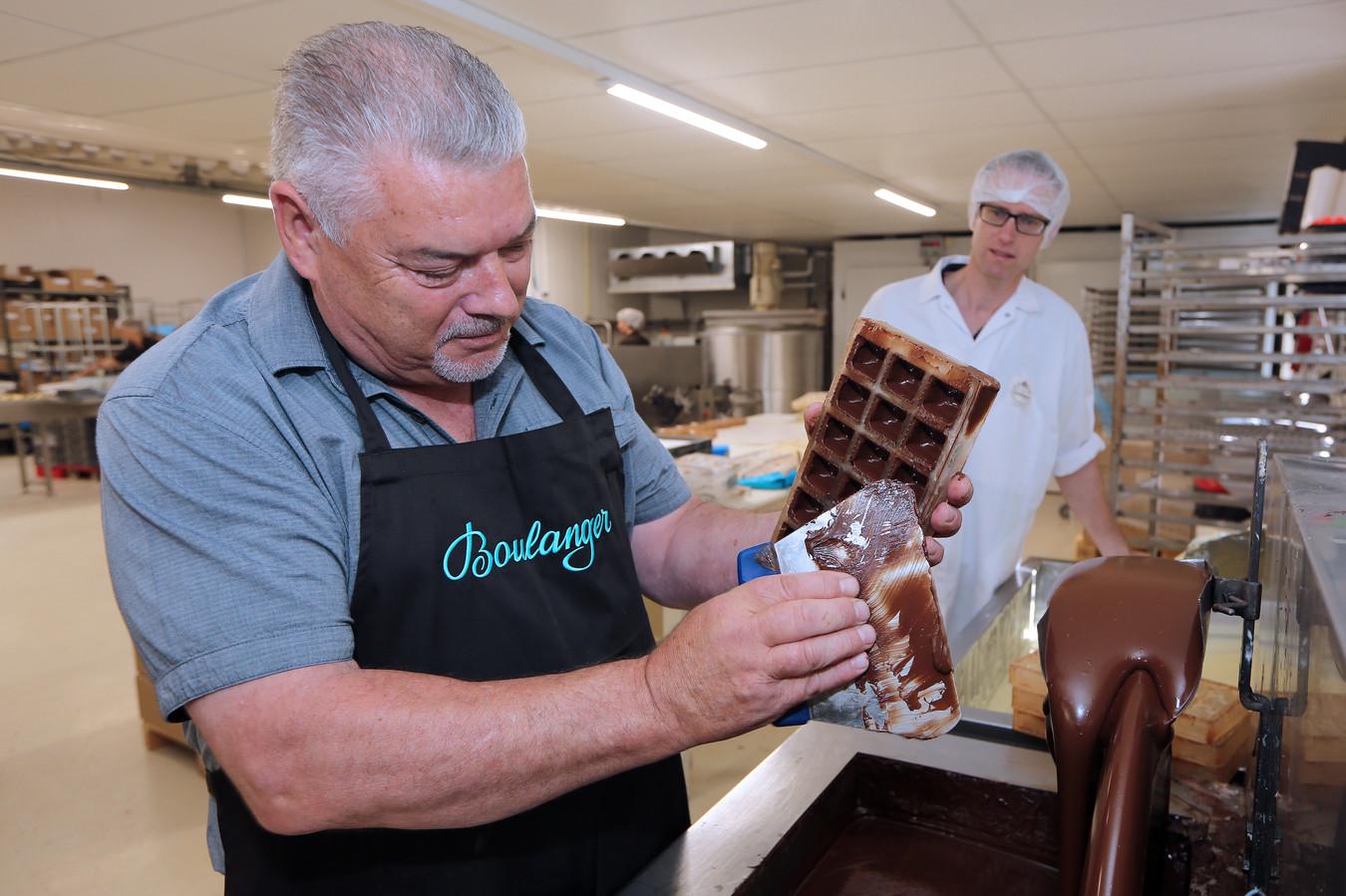 Chocolatier Cees van Peer bij chocolaterie Boulanger, op de achtergrond operationeel directeur Stefan van Oosterhout.