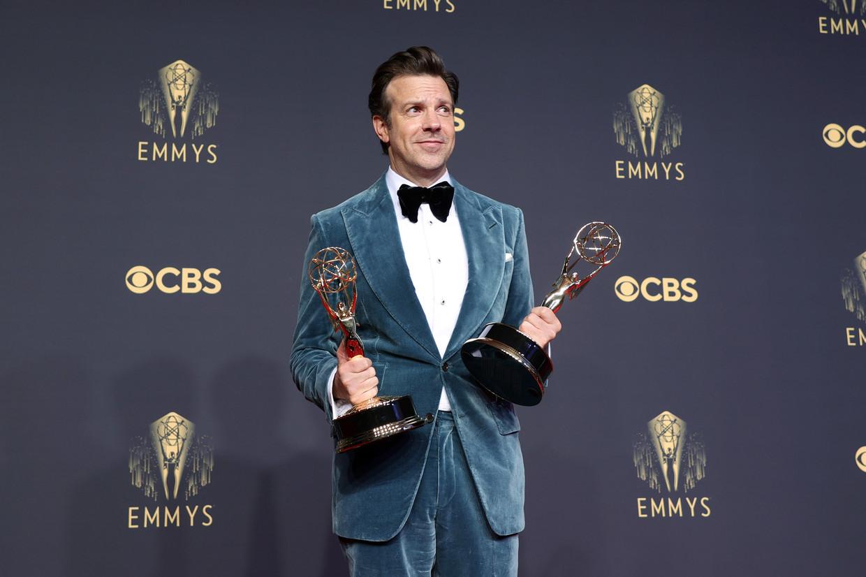Jason Sudeikis ('Ted Lasso') met de Emmy's voor beste komische reeks en beste acteur. Beeld Getty Images