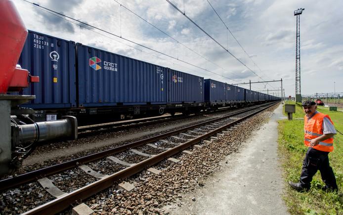 De eerste trein uit China met containers voor de Rotterdamse haven is aangekomen op het rangeerterrein Kijfhoek.