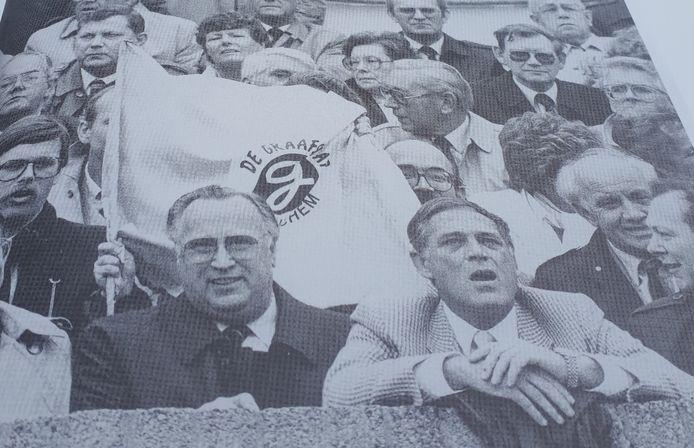 De Graafschap-trainer Sandor Popovics (midden) op de tribune, in juni 1985 tijdens het beslissende nacompetitieduel tussen De Graafschap en NEC.