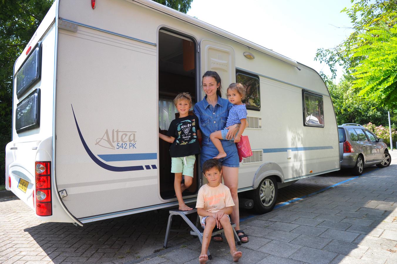 Justine Maljaars uit Middelburg en haar kinderen Manue (6), Sejara (5) en Niara (2) vertrekken vrijdagmiddag voor een weekje vakantie op camping In den Bongerd in Oostkapelle. Vader Kaimohai sluit 's avonds aan.