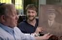Daniel Radcliffe in het programma Who Do You Think You Are?, in zijn handen een afbeelding van zijn overgrootvader Samuel Gershon.
