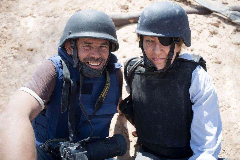 Paul Conroy en Marie Colvin nemen een selfie. 'Ik heb me vaak eenzaam gevoeld na haar dood.' Beeld Paul Conroy