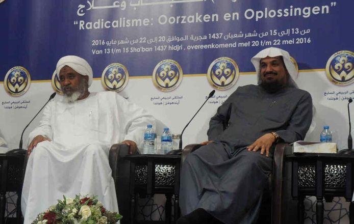 Imad ismail Bakri (l) en sjeik Al-Mutairi op een conferentie in de Al Fourqaan-moskee in Eindhoven.