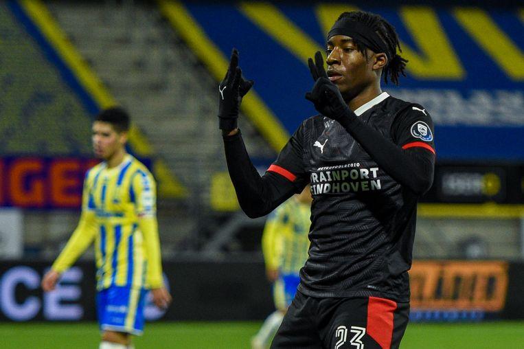 PSV-aanvaller Noni Madueke juicht na zijn doelpunt. Beeld BSR Agency