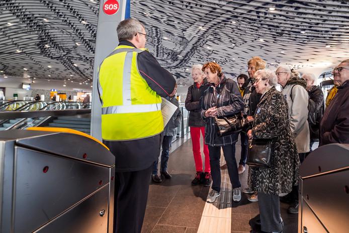 Ouderen krijgen een rondleiding door het centraal station van Delft, dat hoog scoort in de publiekswaardering