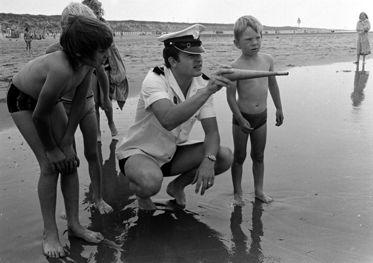 Politie roept mensen terug uit het diepe water. Archieffoto Jos van Leeuwen 1974