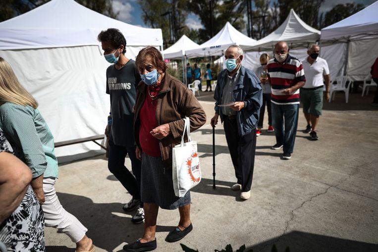 Ouderen staan in de rij in Argentinië om het Spoetnikvaccin te krijgen.  Beeld EPA