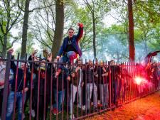 Handhavingsfeest RKC in beeld: honderden supporters zingen selectie toe en steken vuurwerk af