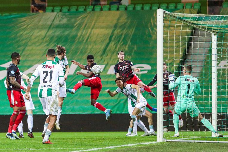 Feyenoorder Luis Sinisterra kopt op het doel van FC Groningen-keeper Sergio Padt. Sinisterra raakte in het duel twee keer de paal. Beeld ANP