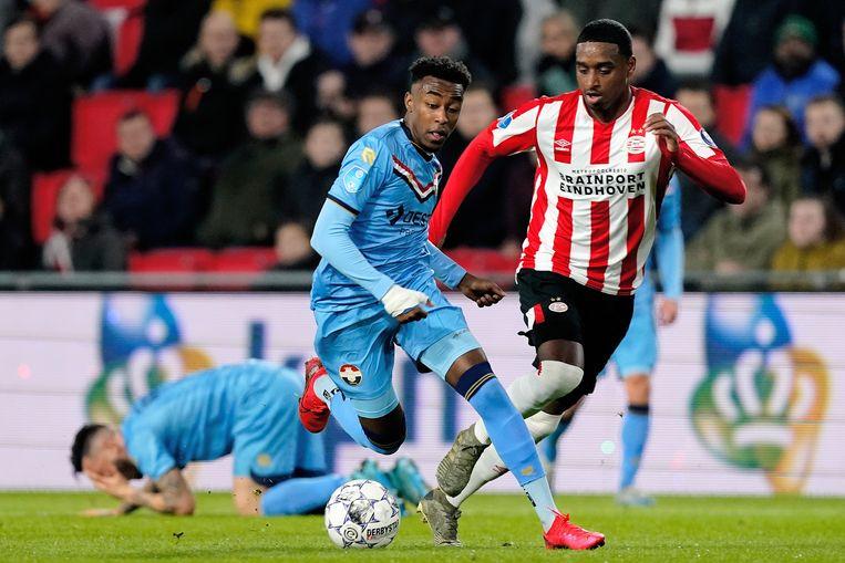 Willem II-aanvaller Mike Tresor Ndayishimiye passeert Pablo Rosario van PSV.  Beeld BSR Agency