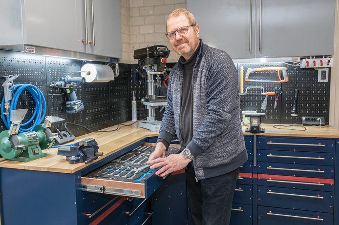 Hans Jansen uit Malden bij zijn werkbank.