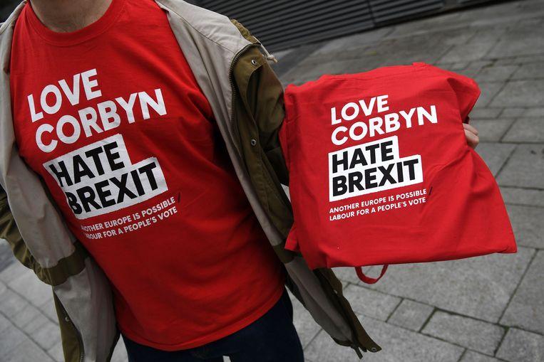 T-shirts met een pro-Corbyn, anti-Brexit boodschap, buiten bij de conferentie van de Labour-partij in Liverpool. Beeld AFP