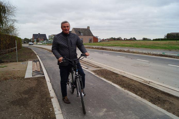 Burgemeester Hendrik Verkest van Wingene op het aangelegde deel van het nieuwe fietspad tussen Wildenburg en Wingene. De aansluiting met Beernem laat op zich wachten.