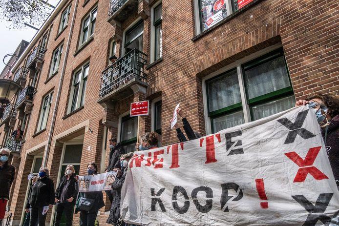 Actiegroep Niet Te Koop voert een plakactie bij een woning op de Karel du Jardinstraat in Amsterdam, een door een woningcorporatie te koop gezette sociale huurwoning.