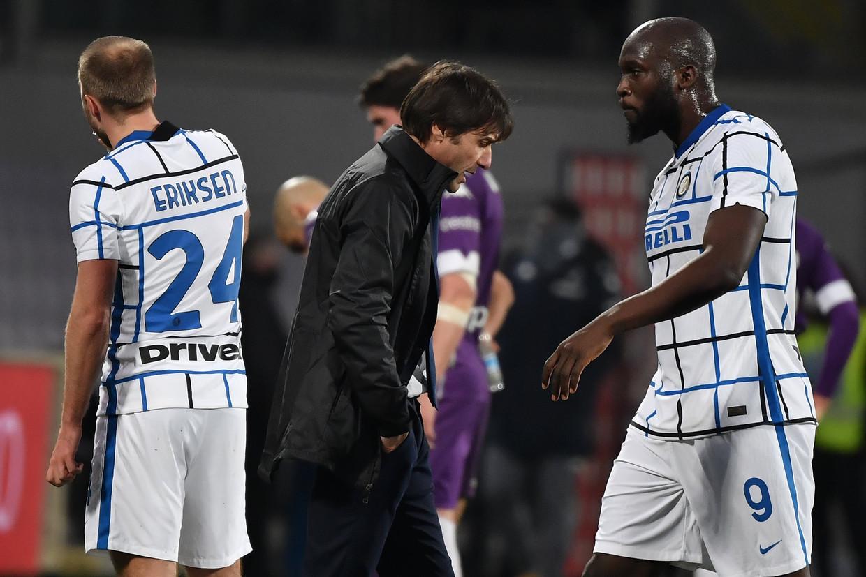 Trainer Antonio Conte en Romelu Lukaku kijken bezorgd. 'Ons project werd in augustus stopgezet', zei Conte al over de perikelen bij Inter. Beeld Photo News