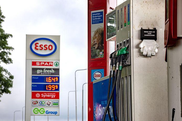 De benzineprijs zit tegen de twee eurogrens aan, zoals hier bij de ESSO 'De Abt' aan de A6 bij Nagele.