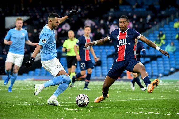 Riyad Mahrez trapt de 1-0 binnen voor Manchester City in het Etihad Stadium. PSG-verdediger Presnel Kimpembe komt net te laat. Beeld EPA