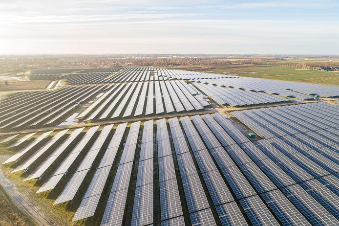 Het recent in gebruik genomen zonnepark aan de Aadijk vanuit de lucht.