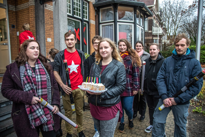 Actievoerders en huurders gaan langs bij MaxxVastgoed aan de Willemskade met een ludieke actie en brief om bemiddelingskosten terug te krijgen.