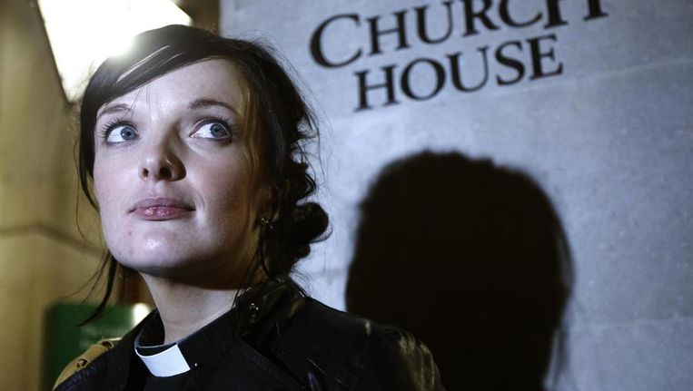 Anglicaanse geestelijke Sally Hitchiner verlaat dinsdagavond de vergadering van de Generale Synode. Beeld reuters