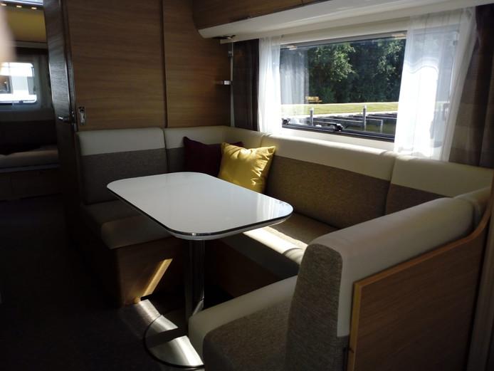De woonruimte met zithoek voor de ouders bevindt zich voorin de caravan