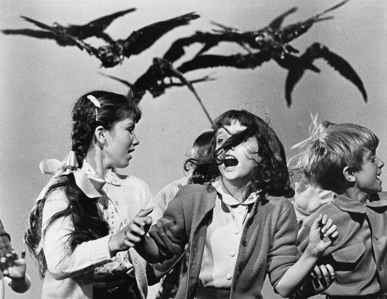 Schoolkinderen worden belaagd door kraaien in Alfred Hitchcock's 'The Birds' (1963) Beeld HH