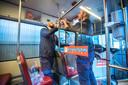 HTM tijdens de Coronacrisis. Er rijden 50% minder trams en bussen. Ook worden er tal van maatregelen getroffen zoals plexiglas om de tram chauffeur af te schermen. Jordi en Maurice monteren ze. (Den Haag 30-03-20) Foto: Frank Jansen